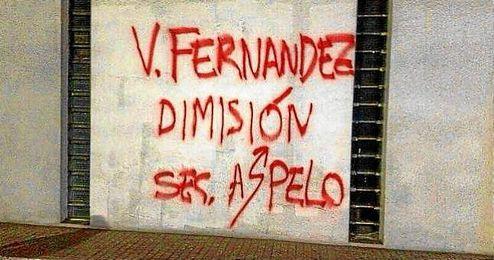 Pintadas en Riazor tras el partido en Sevilla.