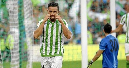 Rubén Castro lleva siete goles, uno menos que Araujo, con el que se verá las caras el próximo domingo.