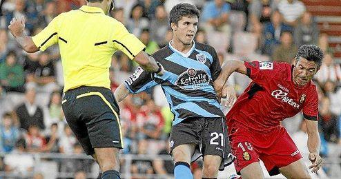 Álvaro Peña, luchando un balón con Pep Martí, en un encuentro de la temporada pasada