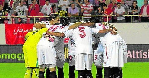 El plantel sevillista hace piña durante el encuentro ante el Valencia de la primera jornada de Liga en el Ramón Sánchez Pizjuán.
