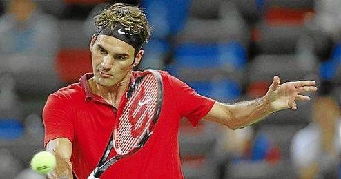 Roger Federer voleando en la red del Qi Zhong Tennis Center de Shangai.