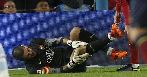 Instante en el que Valdés cae al suelo lesionado.