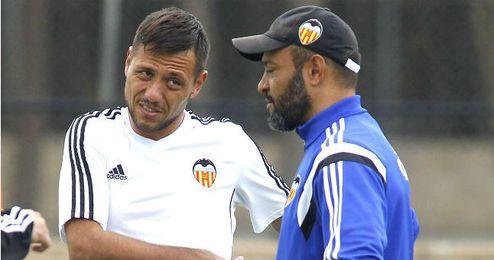 Diego Alves en uno de los entrenamientos del Valencia junto a Nuno.