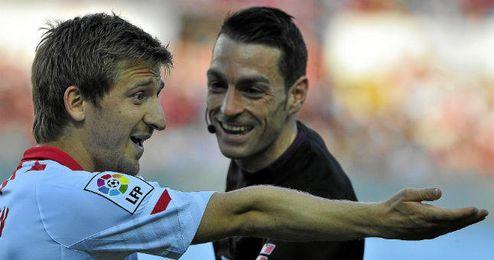 Marko Marin protesta a Prieto Iglesias en un lance del Sevilla-Villarreal de la pasada temporada.