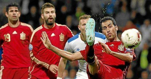 Busquets golpea el balón en un lance del Eslovaquia-España.