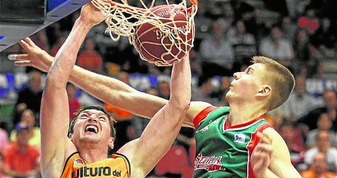 Kristpas Porzingis intenta taponar una acción de Serguéi Lischuk.