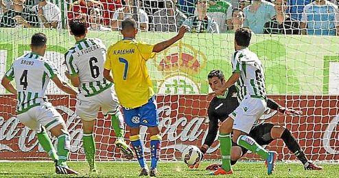Adán salvó una ocasión de gol de Nauzet.