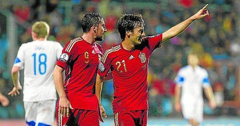 David Silva, en la imagen junto a Paco Alcácer, que volvió a marcar, abrió el camino del triunfo para España con un auténtico golazo.
