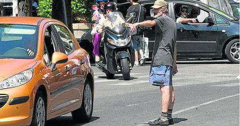 Los aparcacoches abundan en las calles de Sevilla, donde se han abierto 19.815 expedientes por ello.