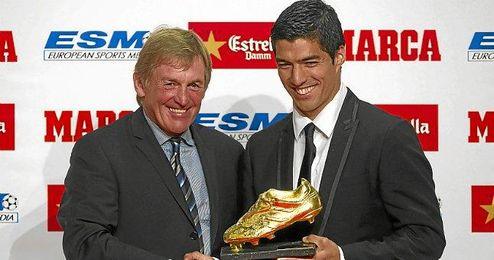 Luis Suárez junto a Kenny Dalglish recibiendo la Bota de Oro.