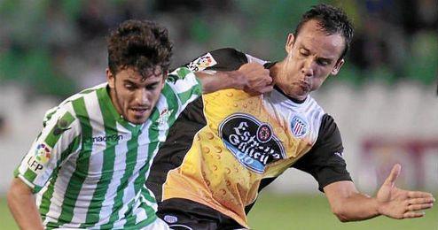 Dani Ceballos disputa un balón durante el partido en el Villamarín.