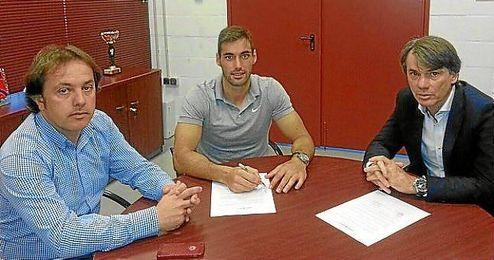 Trujillo, en el centro, en el momento de firmar su nuevo contrato.
