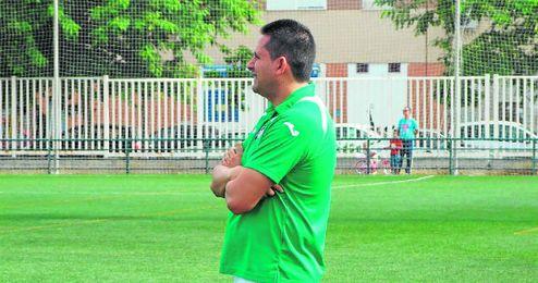 Dani Ruiz, entrenador del Círculo Don Bosco, pendiente de su equipo.