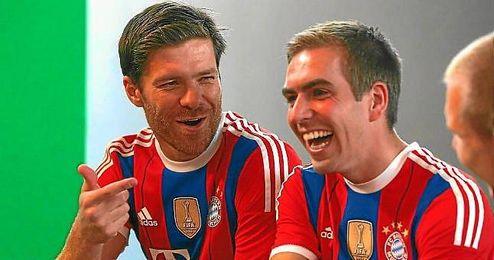 Xabi Alonso junto a Philipp Lahm en un acto de Bayern.