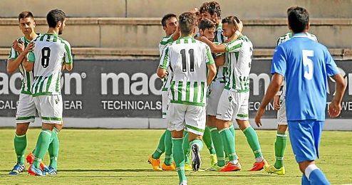Los jugadores del filial celebran uno de los goles ante el Melilla.