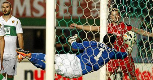 Manu Herrera intenta salvar el primer gol sevillista.