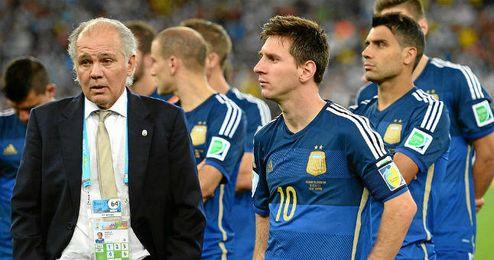 Sabella junto a Messi tras caer ante Alemania en la final del último Mundial.