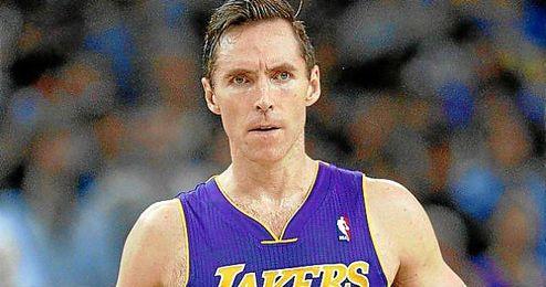 Steve Nash durante un encuentro con los Lakers.