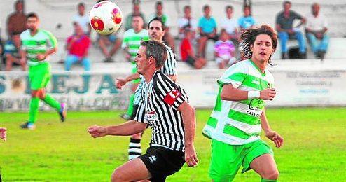 Paquito (derecha), con el Gerena en un partido ante el Mairena.