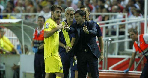 Marcelino da instrucciones a uno de sus jugadores en el partido disputado ayer en el Sánchez-Pizjuán.