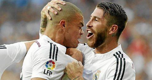 Ramos celebra con Pepe uno de los goles del clásico.