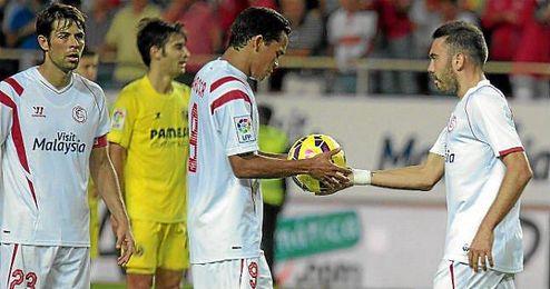 Aspas entrega el balón a Bacca para que lance el penalti ante el Villarreal.