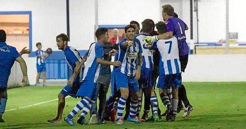 Los jugadores pileños celebrando un gol ante el Huévar