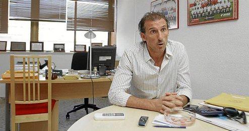 Óscar Arias posando para Estadio Deportivo
