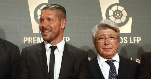 Cerezo posa junto a Simeone, el único galardonado del Atlético.