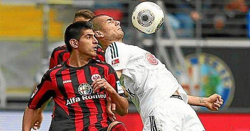 Zambrano (izquierda), en un lance del Eintracht-Bayer Leverkusen.