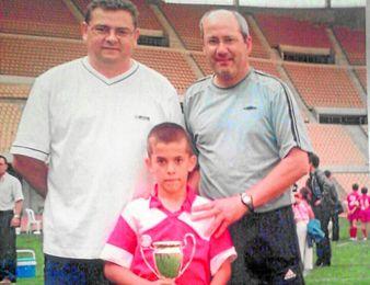 Antonio Sánchez, Lopi (izquierda) y Carlos García de Cossío (derecha) flanquean a Dani Ceballos.