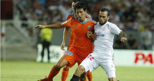 Dani Parejo y Aleix Vidal en el partido que enfrentó al Valencia con el Sevilla en el Sánchez Pizjuán.