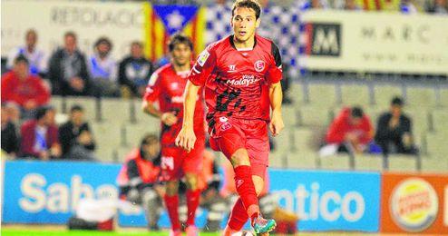 Sebastián Cristóforo conduce el balón durante el partido en Sabadell, en el que regresó a los terrenos de juego.