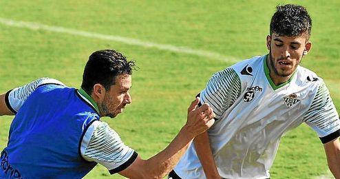 Dani Ceballos disputa un balón con Rubén Castro durante un entrenamiento.