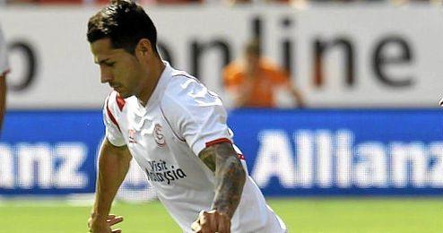 Vitolo juega un balón en el partido liguero de esta temporada que enfrentó a Sevilla y Deportivo.