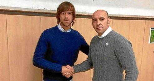José Antonio Caro ´Churripi´, junto a Monchi tras firmar su nuevo contrato.