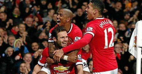 Celebración de los jugadores del Manchester United en el gol de Juan Mata ante el Stoke City