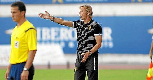 Valery Karpin dando órdenes en un partido