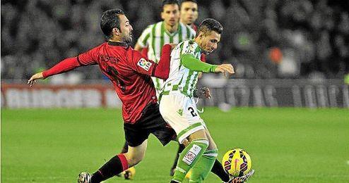 Rubén Castro pugna un balón con Bustos.