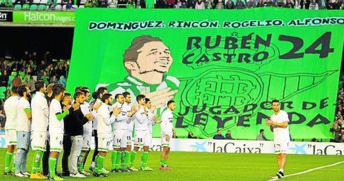 En la imagen, la plantilla verdiblanca ovaciona a un Rubén Castro que recibió todo el cariño del beticismo.