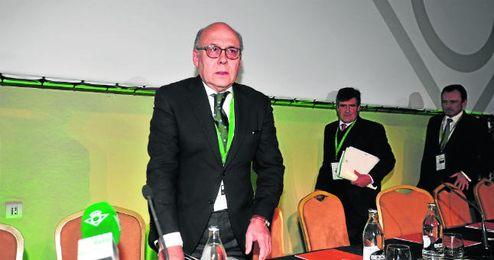 Juan Carlos Ollero posa para los fotógrafos durante su primera junta general de accionistas