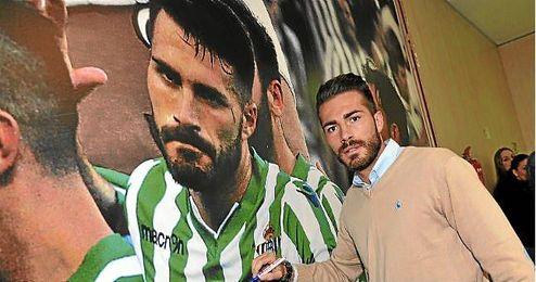 Xavi Torres posa junto a una imagen suya.