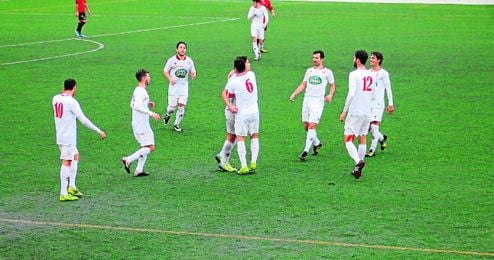 Los jugadores del Utrera celebrando uno de los goles contra el San José.