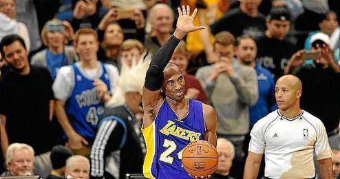 Kobe Bryant celebra su récord personal.