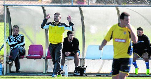 Juan Carlos Menudo, técnico del San Juan, dando instrucciones a sus jugadores durane el derbi ante el Sevilla C.