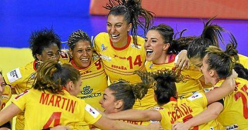 Las ´Guerreras´ celebran la victoria ante Dinamarca durante el Europeo.