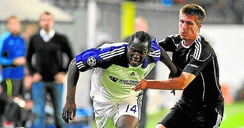 El central izquierdo de origen serbio intenta frenar la arrancada de un futbolista del Anderlecht belga.