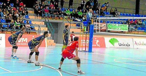 Los jugadores nazarenos, con actitud defensiva, se sitúan para recibir un ataque de los rivales, el Unicaja Almería.