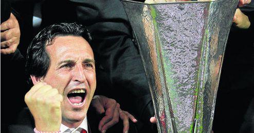 Un eufórico Unai Emery celebra en Turín el primer título de su carrera.