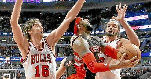 Pau y Noah presionan a Johnson, de los Raptors.